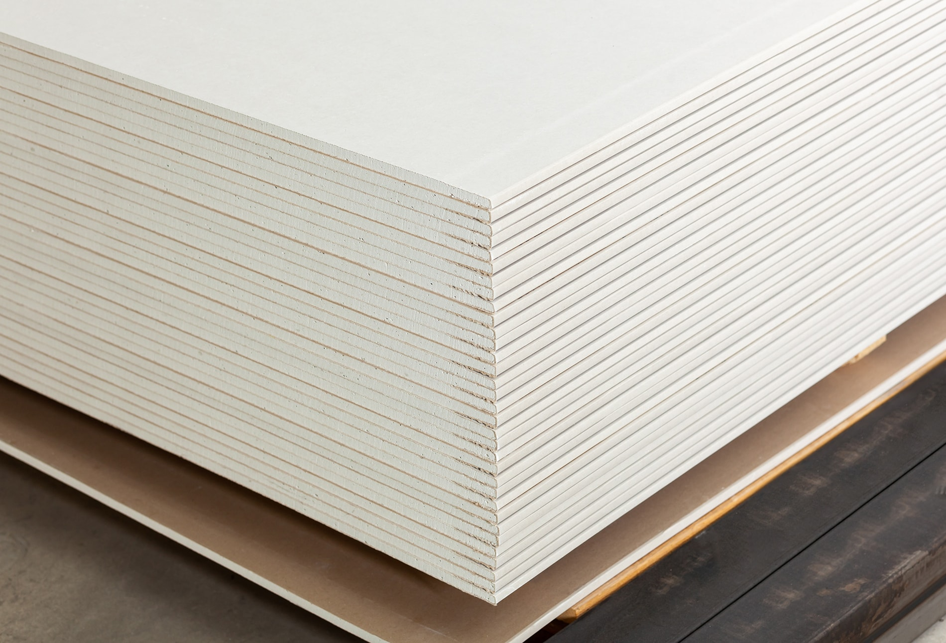 stacking-of-white-gypsum-panels-4VC9RYG-min